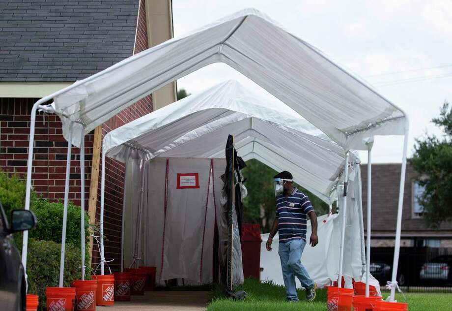 A tent and contaminated area is set up outside the Cambridge Health and Rehabilitation Center Thursday, July 23, 2020, in Richmond. A COVID-19 outbreak involving 22 nursing home residents and staff members has been reported in the facility. Texas Department of Emergency Management deployed the Texas Rapid Assessment Quick Reaction Force to the facility to conduct a site assessment and administer additional COVID-19 test to all nursing home residents, healthcare workers and staff members. Photo: Yi-Chin Lee, Houston Chronicle / Staff Photographer / © 2020 Houston Chronicle
