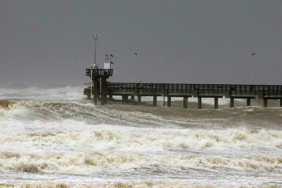 El muelle Bob Hall Pier es visto después que el Huracán Hanna tocó tierra al sur de Corpus Christi, el sábado 25 de julio de 2020. Photo: Courtney Sacco /Associated Press / Corpus Christi Caller-Times