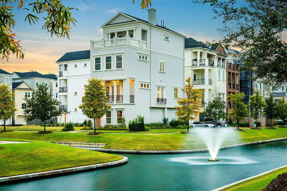 Situated on 46 acres nestled within Houston's Design District, Somerset Green is one of the city's most sought-after Inner Loop communities.