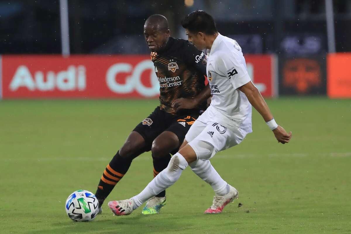 """El mediocampista hondureño ?""""scar Boniek García (izq.) disputa la pelota con Joe Corona en el empate 1-1 del Houston Dynamo y el Galaxy de Los Ángeles en el torneo 'MLS is Back' en Florida."""