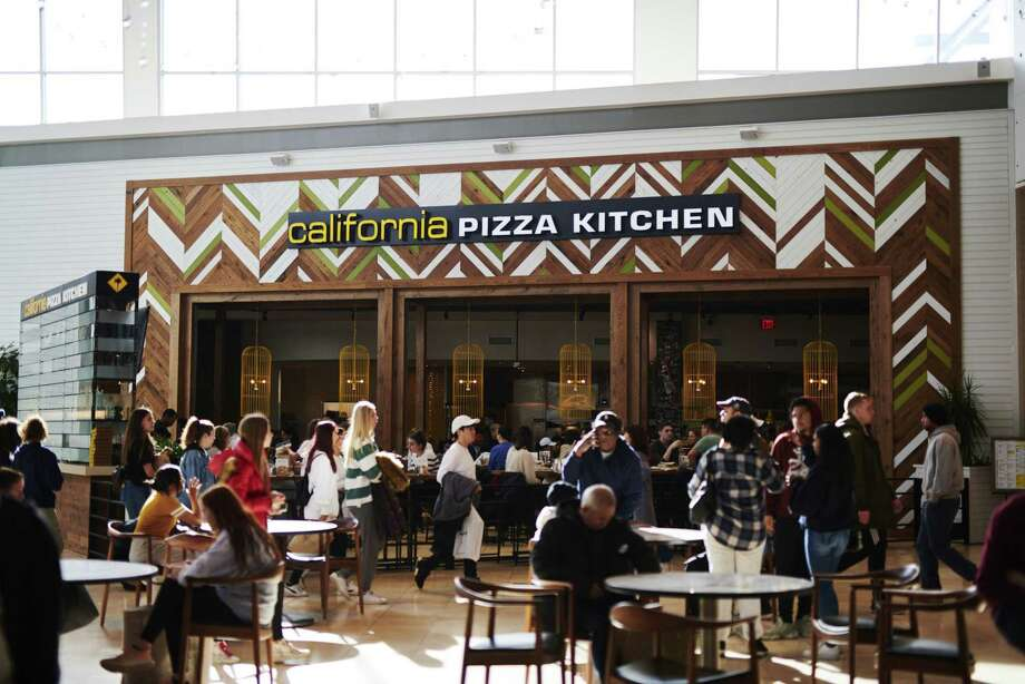 Shoppers walk past a California Pizza Kitchen restaurant at the Westfield Garden State Plaza mall in Paramus, New Jersey, on Nov. 29, 2019. Photo: Bloomberg Photo By Gabby Jones. / © 2019 Bloomberg Finance LP