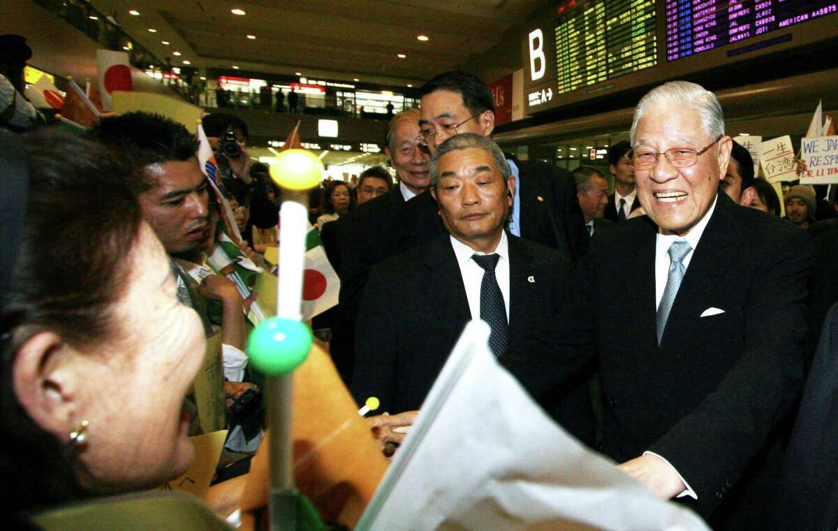 Lee Teng-hui, former president of Taiwan, right, greets his supporters upon arrival at Narita International Airport in Chiba prefecture, Japan, on May 30, 2007.