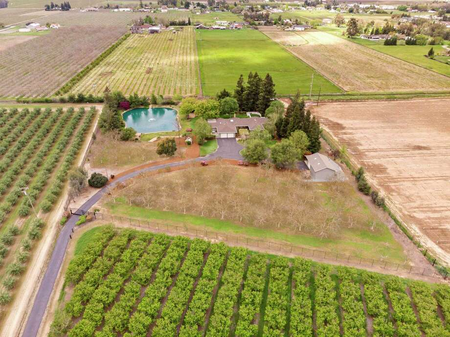 16611 N. Highway 88 in Lodi is a four-bedroom, three-bathroom estate home set on nearly four acres. Photo: 39pixels