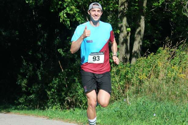 A runner gives the thumbs up as he enters the final state of the race. (File photo)