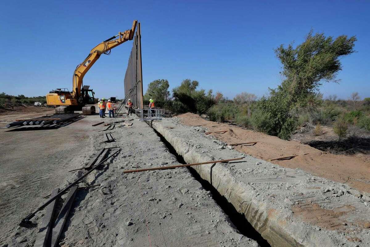 ARCHIVO - En esta fotografía de archivo del 10 de septiembre de 2019, contratistas gubernamentales erigen una sección del muro fronterizo financiado por el Pentágono cerca del río Colorado, en Yuma, Arizona.