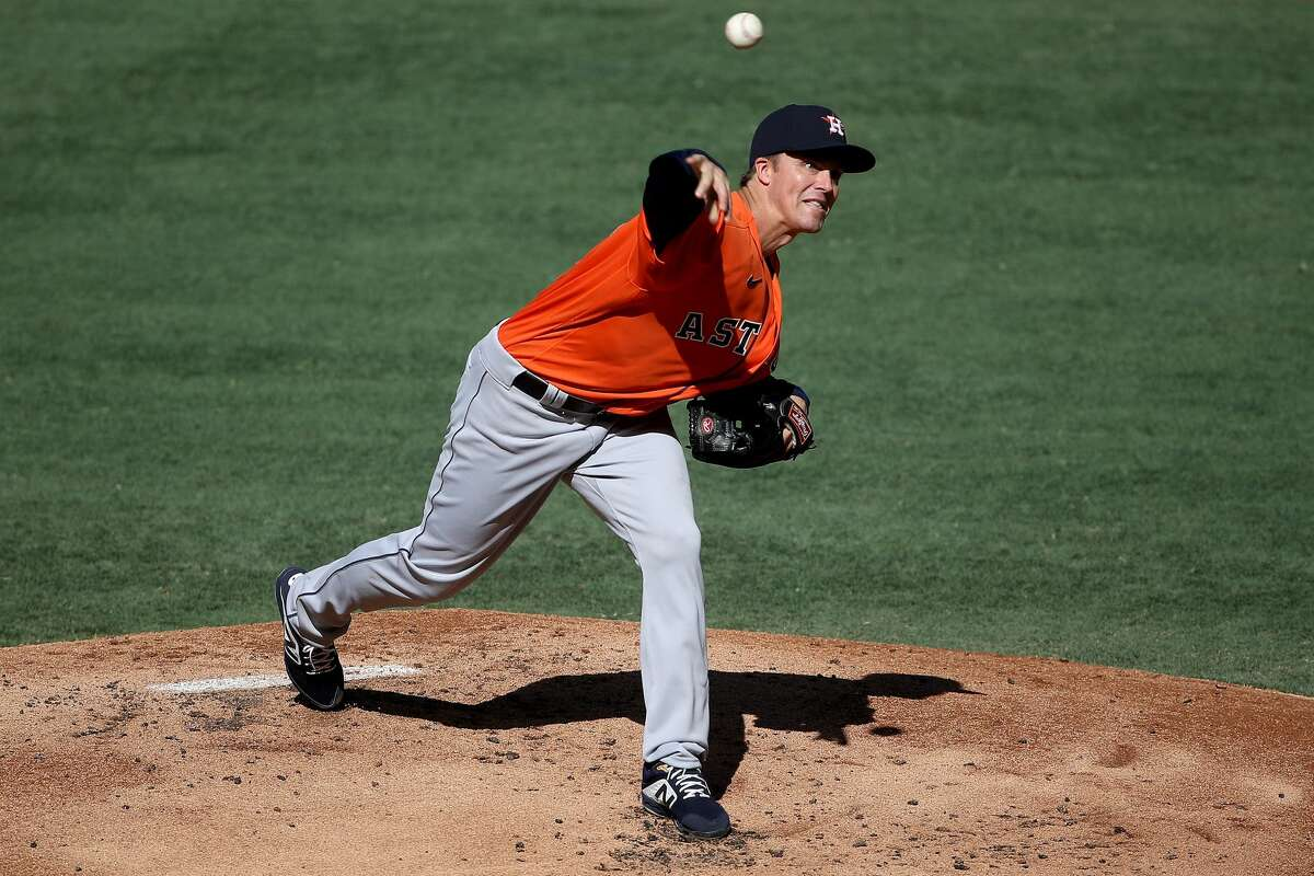 ANAHEIM, CALIFORNIA - AUGUST 01: Zack Greinke #21 of the Houston Astros pitches during the first inning of a game against the Los Angeles Angels at Angel Stadium of Anaheim on August 01, 2020 in Anaheim, California. (Photo by Sean M. Haffey/Getty Images)