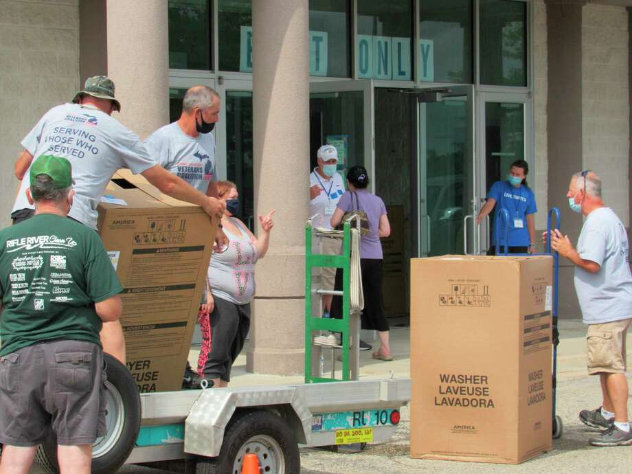 Volunteers load up appliances onto a trailer bed outside of the former Younkers store at the Midland Mall on Saturday, Aug. 1. (Victoria Ritter/vritter@mdn.net)