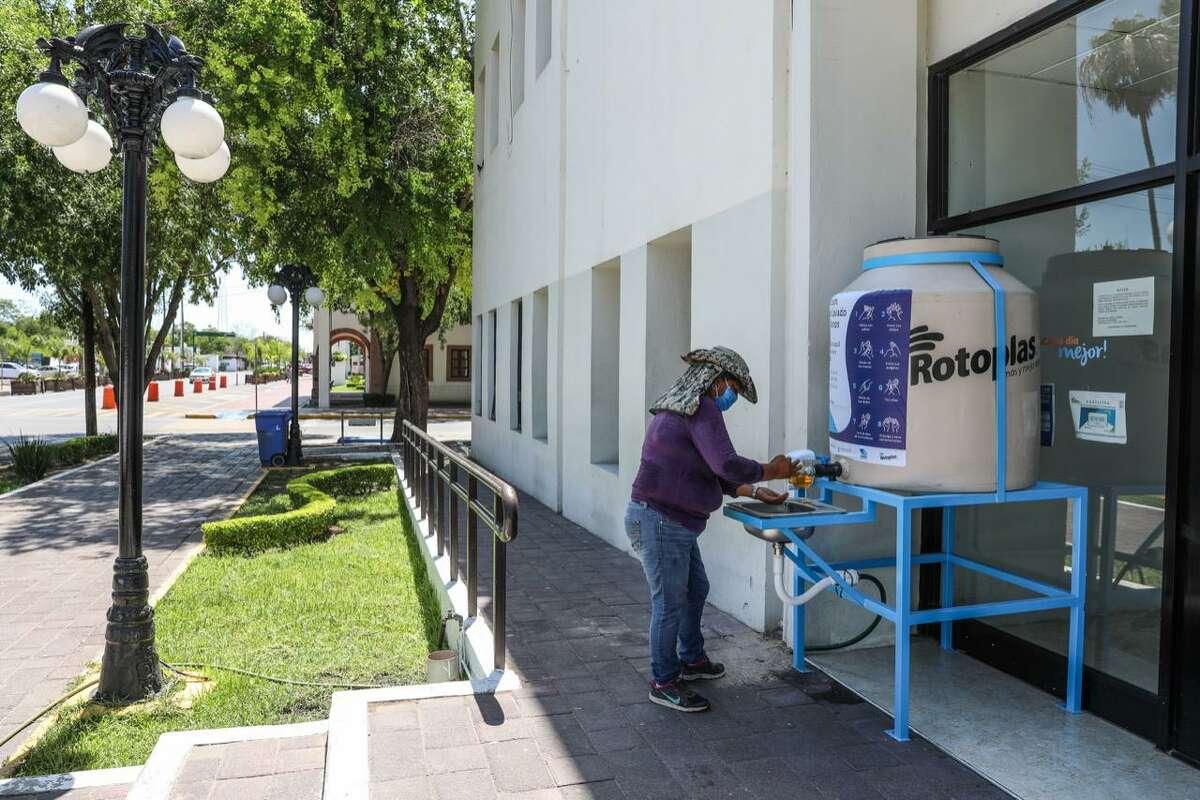 Un ciudadano de Nuevo Laredo, México, hace uso de uno de los 12 lavabos públicos instalados por el municipio, como una medida para contener la propagació del virus en esa ciudad.