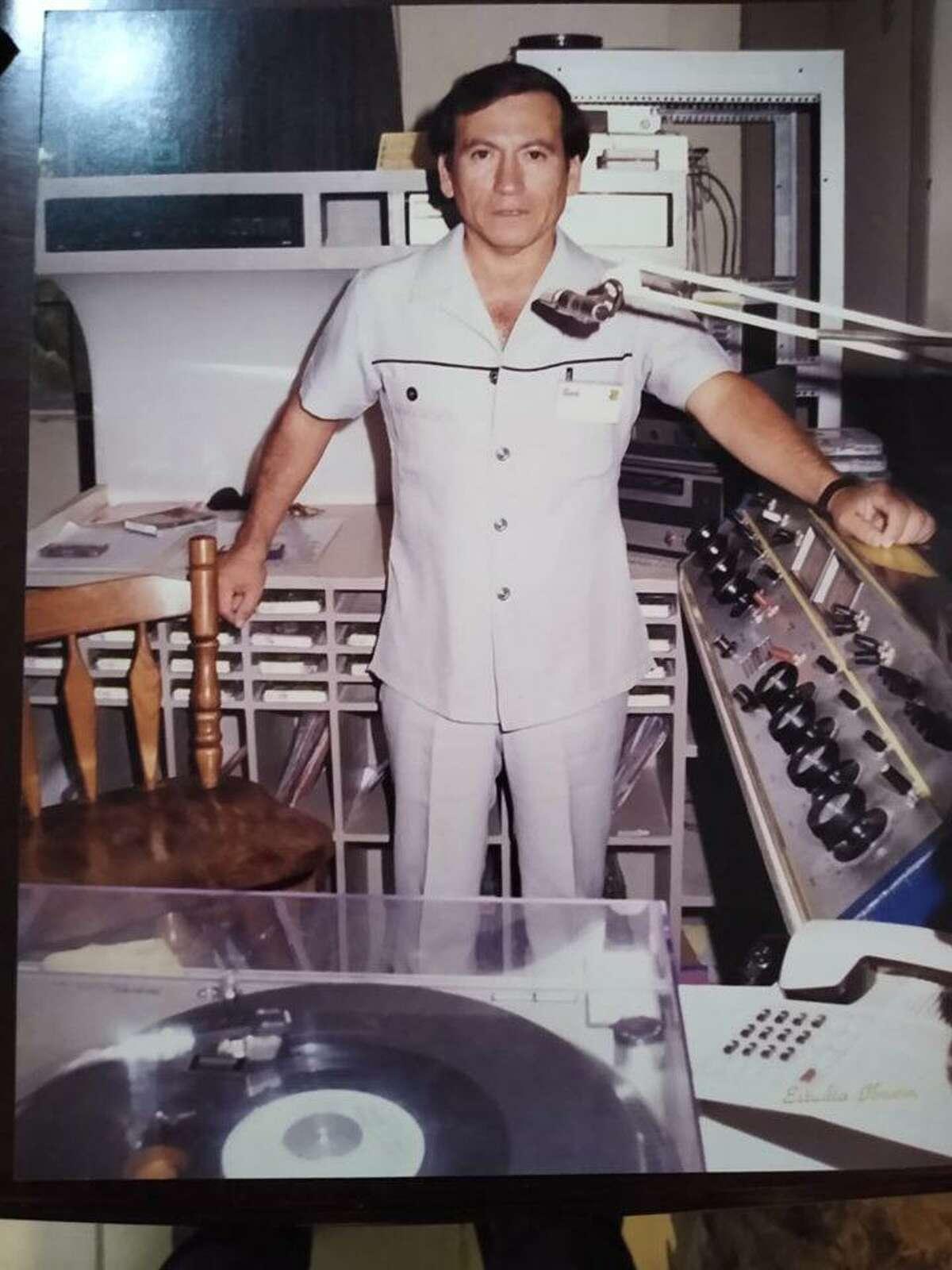 Roberto Gálvez Martínez aparece en la cabina de Stereo 91, radiodifusora para la que laboró por más de 40 años.