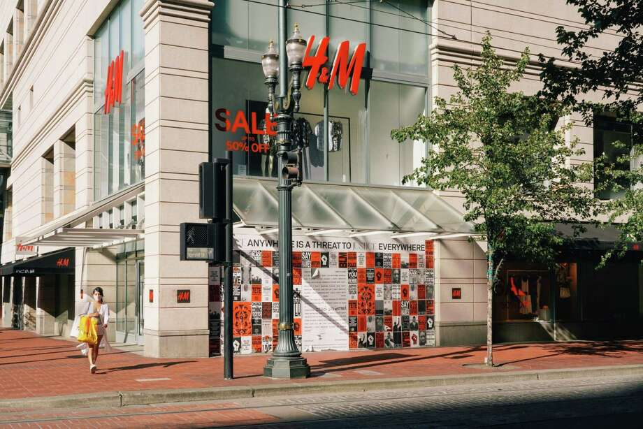 A pedestrian walks past a boarded up H&M store Portland, Oregon, on July 20, 2020. Photo: Bloomberg Photo By Rebecca Smeyne. / © 2020 Bloomberg Finance LP