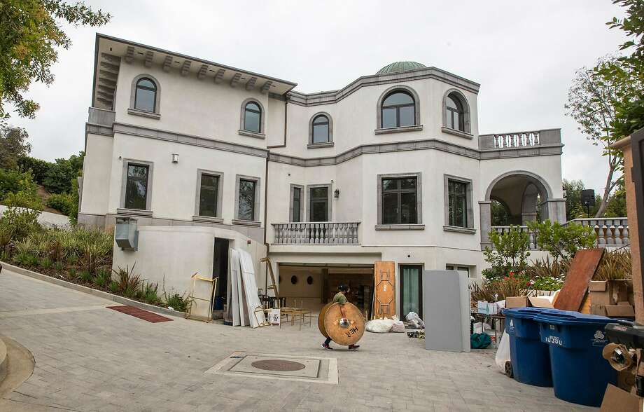 Party rental crews pack up at a home in the 10000 block of Wyton Drive in Holmby Hills, where police responding to noise complaints shut down a wedding reception Wednesday night. (Brian van der Brug/Los Angeles Times/TNS) Photo: Brian Van Der Brug, TNS