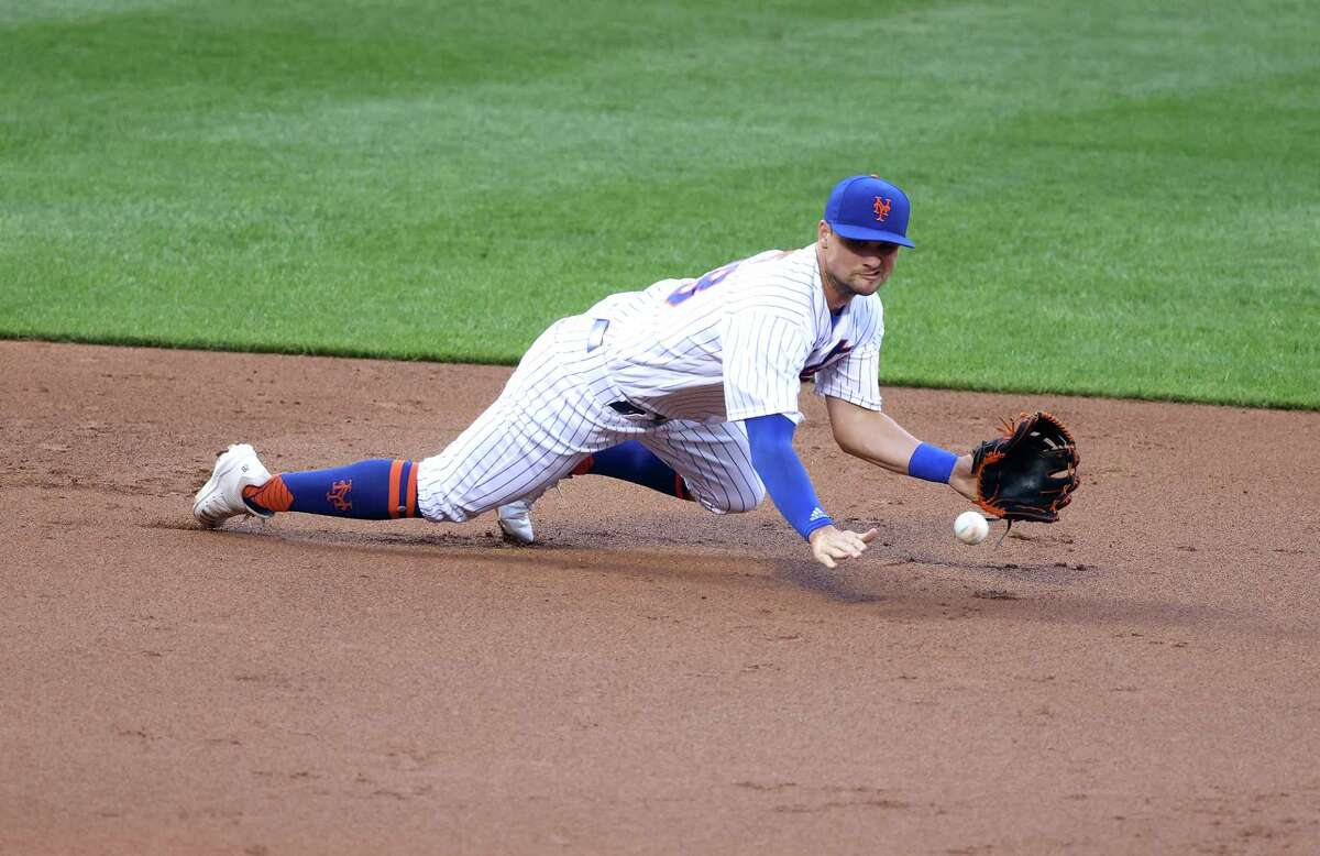 NEW YORK, NEW YORK - AUGUST 10: J.D. Davis #28 of the New York Mets dives for the ball against the Washington Nationals during their game at Citi Field on August 10, 2020 in New York City. (Photo by Al Bello/Getty Images)