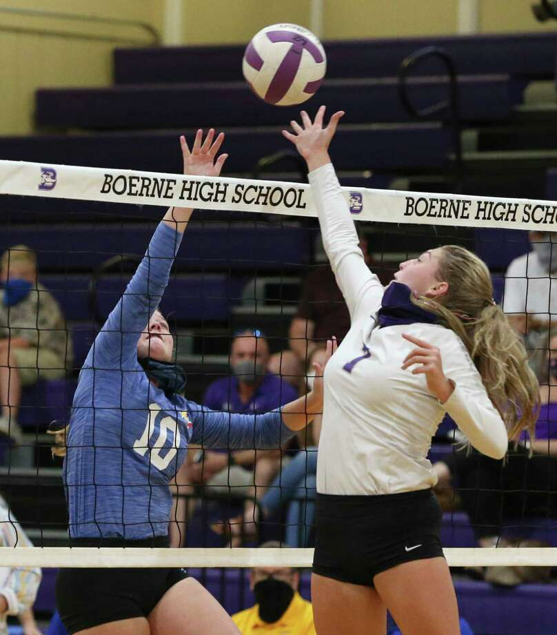 Boerne's Madisyn Jones (7) battles with Comfort's Megan Davis (10) at the net in a volleyball match at Boerne High School Gym on Aug. 11, 2020. Photo: Kin Man Hui /Staff Photographer / **MANDATORY CREDIT FOR PHOTOGRAPHER AND SAN ANTONIO EXPRESS-NEWS/NO SALES/MAGS OUT/ TV OUT