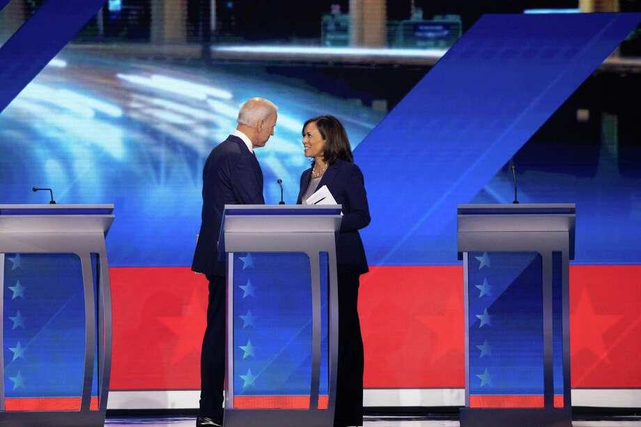 ARCHIVO - En esta fotografía del 12 de septiembre de 2019, el candidato demócrata a la presidencia Joe Biden y la entonces precandidata, la senadora Kamala Harris, se estrechan la mano después de un debate en Houston. El martes 11 de agosto de 2020, Biden seleccionó a Harris como compañera de fórmula. Photo: RUTH FREMSON /NYT / NYTNS
