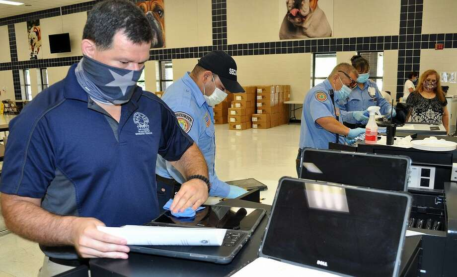 Employees of the United Independent School District prepare Chromebook tablets that will be given to students to facilitate remote learning. Photo: Foto De Cortesía /UISD