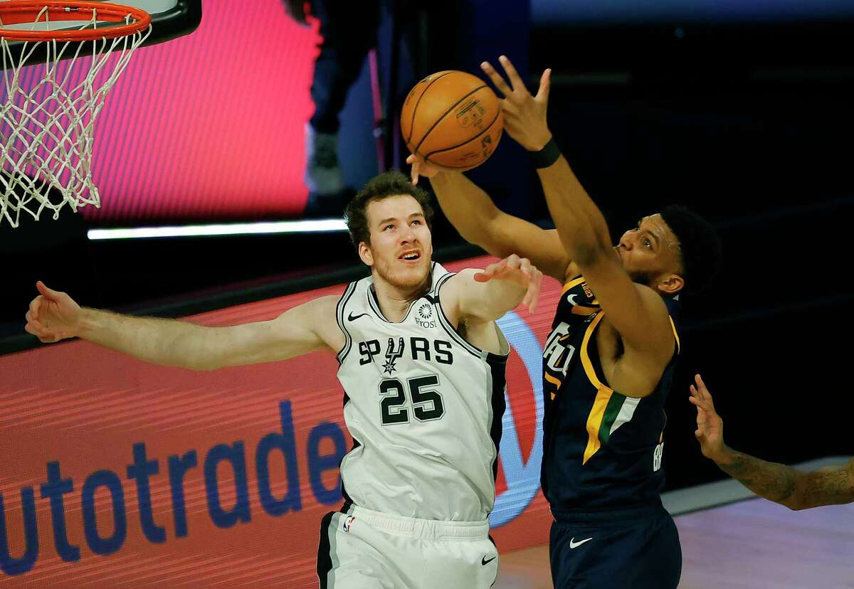 LAKE BUENA VISTA, FLORIDA - AUGUST 13: Tony Bradley #13 of the Utah Jazz reaches for a pass as Jakob Poeltl #25 of the San Antonio Spurs defends during the first quarter at The Field House at ESPN Wide World Of Sports Complex on August 13, 2020 in Lake Buena Vista, Florida. NOTE TO USER: User expressly acknowledges and agrees that, by downloading and or using this photograph, User is consenting to the terms and conditions of the Getty Images License Agreement. (Photo by Kevin C. Cox/Getty Images)