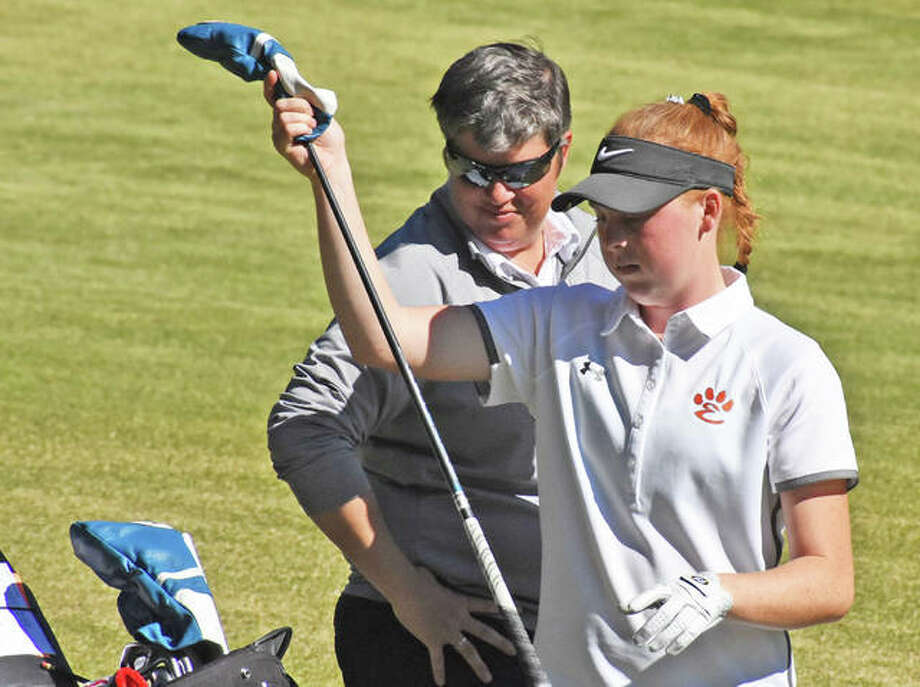 Edwardsville's Riley Lewis, right, discusses club choice with coach Libby Koonce during the Class 3A O'Fallon Sectional last year at Far Oaks in Caseyville. Photo: Matt Kamp|The Intelligencer