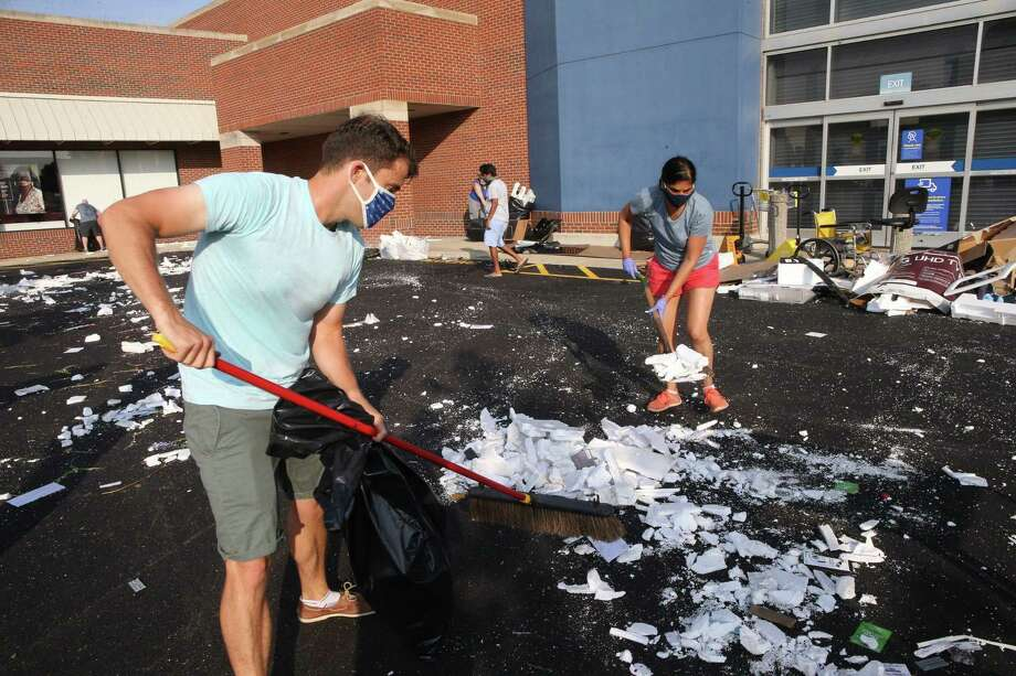 Workers clean up merchandise boxes outside the Best Buy store on North Avenue in Chicago's Lincoln Park neighborhood following looting on Aug. 10, 2020. (Antonio Perez/Chicago Tribune/TNS) Photo: Antonio Perez, MBR / TNS / Chicago Tribune