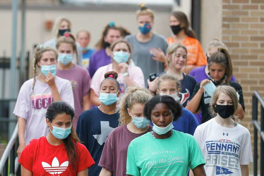 Willis athletes wear face mask as they move between stations during the school's Summer Pride strength and conditioning workout, Wednesday, July 15, 2020. The UIL allowed organized workouts to restart this week following a rise in coronavirus cases. Volleyball, football, cross country and team tennis are currently slated to begin their seasons Aug. 3. Photo: Jason Fochtman, Houston Chronicle / Staff Photographer / 2020 © Houston Chronicle