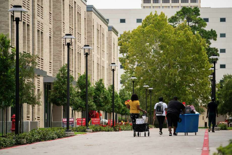People move their belongings into The Quad, a new dorm opened this fall, Monday, Aug. 17, 2020, at The University of Houston. Photo: Mark Mulligan, Houston Chronicle / Staff Photographer / © 2020 Mark Mulligan / Houston Chronicle