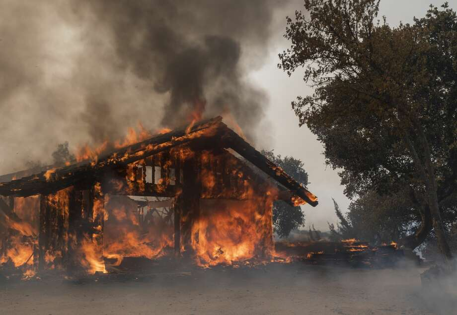 A home in the Sky Ranch community burns in the Carmel Fire near Carmel Valley, Calif., Tuesday, Aug. 18, 2020. Photo: Nic Coury/Associated Press / =copy20