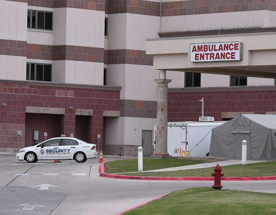 ARCHIVO— Una tienda fue montada en el exterior de la entrada de ambulancias en el área de emergencias en Laredo Medical Center. Photo: Cuate Santos /Laredo Morning Times / Laredo Morning Times