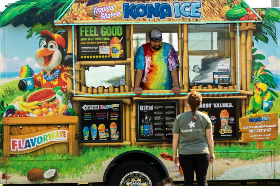 People peruse menus of food trucks during a pop-up food truck rally Saturday, Aug. 22, 2020 at the Midland Towne Center. (Cody Scanlan/for the Daily News) Photo: (Cody Scanlan/for The Daily News)