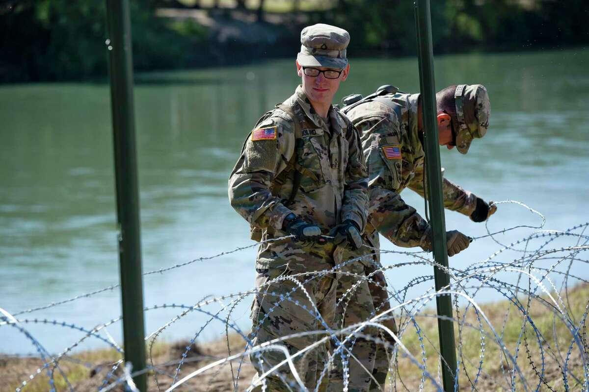 ARCHIVO- El ejército estadounidense instala alambre de concertina a lo largo de la orilla del Río Grande el viernes 16 de noviembre de 2018 para reforzar la frontera y los puertos de entrada en Laredo, Texas.