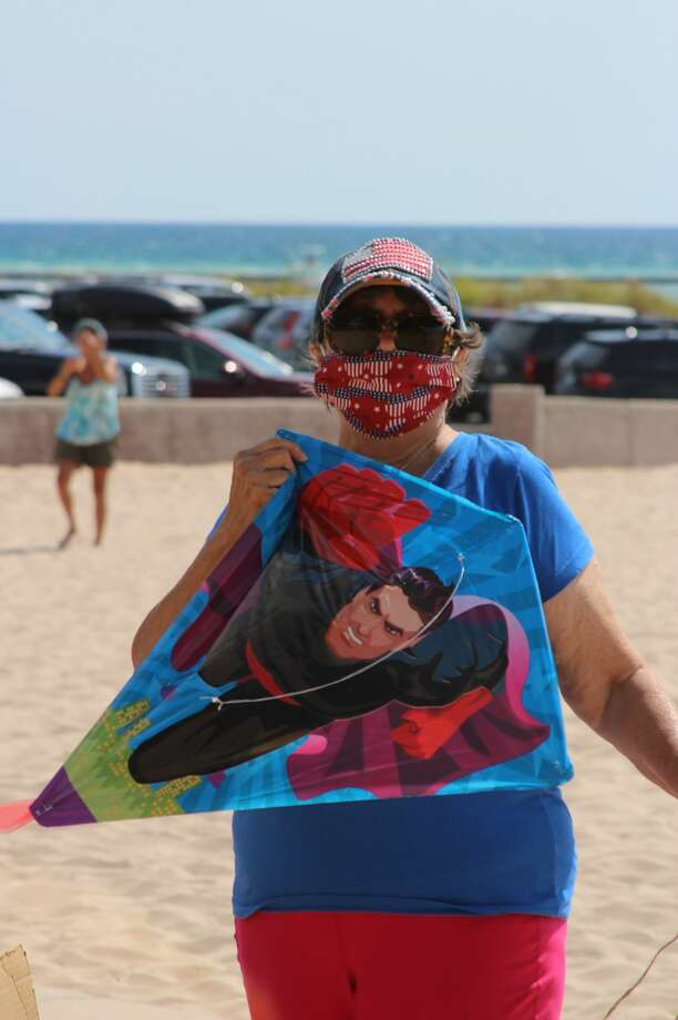 """Volunteer Donna Phillips puts together free kites for kids, their parents and anybody else interested in flying a kite at the beach at Frankfort during """"Lets Fly A Kite"""" day. (Photo/Colin Merry) Photo: (Photo/Colin Merry)"""