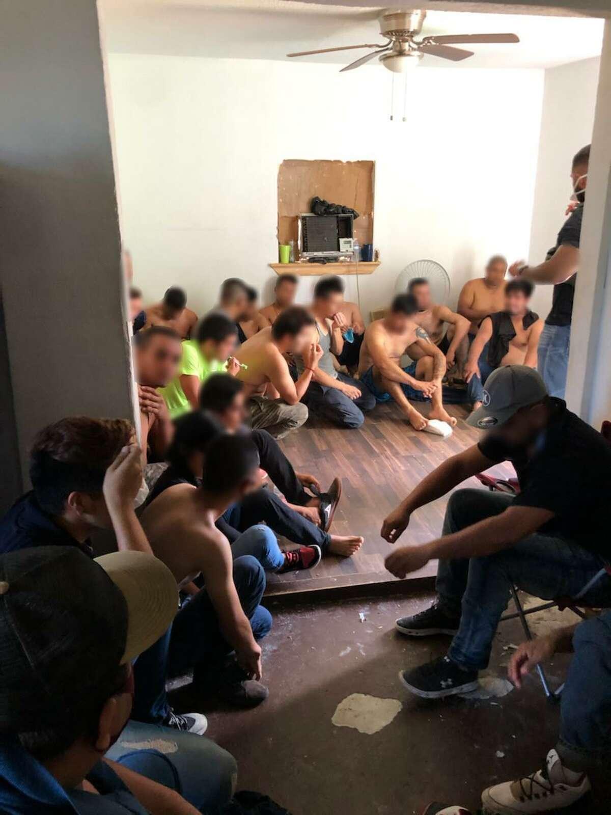 En lo que va del año la Patrulla Fronteriza en conjunto con otras agencias de las fuerzas del orden han irrumpido en 73 casas de seguridad con más de 900 inmigrantes.
