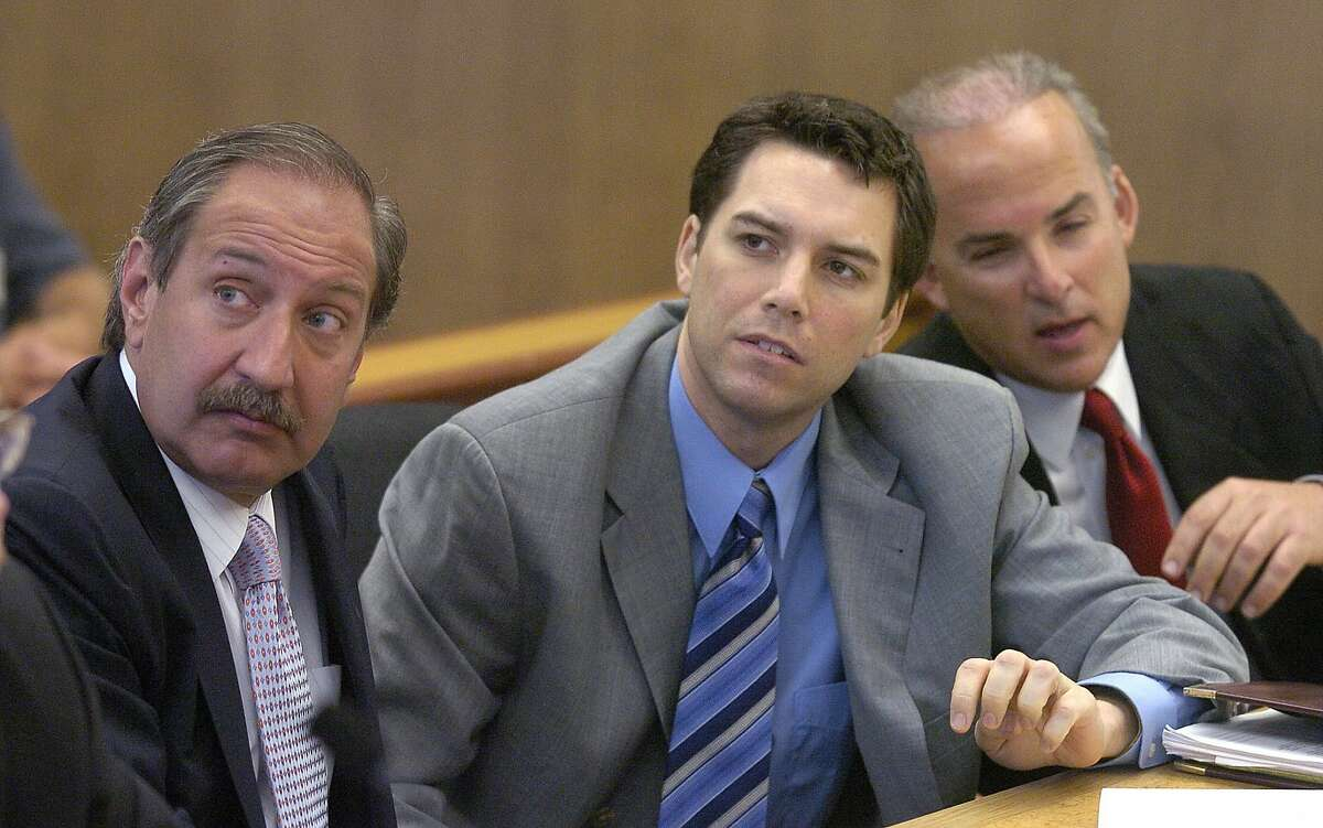 Scott Peterson (center) with defense attorneys Mark Geragos (left) and Pat Harris, listens to judge in Redwood City in 2004.