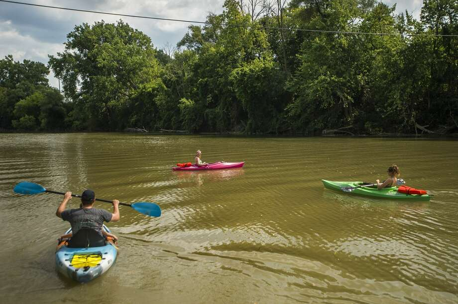 From left, Mark and Jackson Bunn, Alecia Letzkus and Hailey Bunn take off down the Tittabawassee River from the canoe/kayak launch Monday, Aug. 24, 2020 near the Tridge in Midland. (Katy Kildee/kkildee@mdn.net) Photo: (Katy Kildee/kkildee@mdn.net)