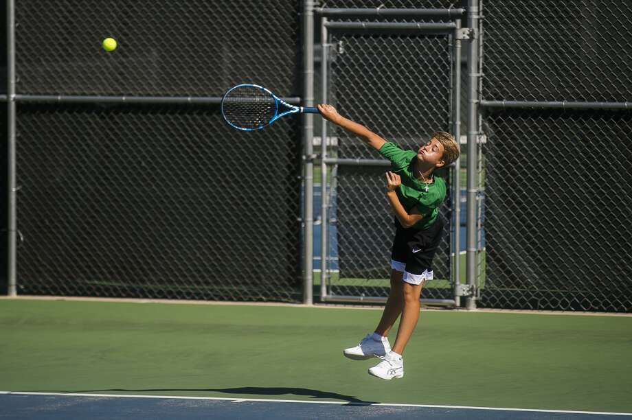 Dow's Joaco Argibay serves the ball during a No. 1 singles match against Gibraltar Carlson Tuesday, Aug. 25, 2020 at the Greater Midland Tennis Center. (Katy Kildee/kkildee@mdn.net) Photo: (Katy Kildee/kkildee@mdn.net)