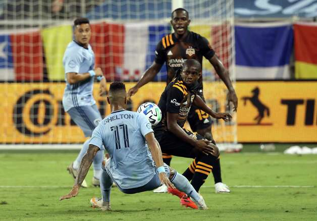 KANSAS CITY, KANSAS - AUGUST 25:  Khiry Shelton #11 of Sporting Kansas City and Oscar Garcia #27 of Houston Dynamo compete for the ball during the game at Children's Mercy Park on August 25, 2020 in Kansas City, Kansas. Photo: Jamie Squire, Getty Images / 2020 Getty Images