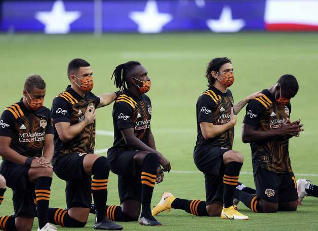 KANSAS CITY, KANSAS - AUGUST 25:  Members of the Houston Dynamo kneel during the National Anthem prior to the game against Sporting Kansas City at Children's Mercy Park on August 25, 2020 in Kansas City, Kansas. Photo: Jamie Squire, Getty Images / 2020 Getty Images