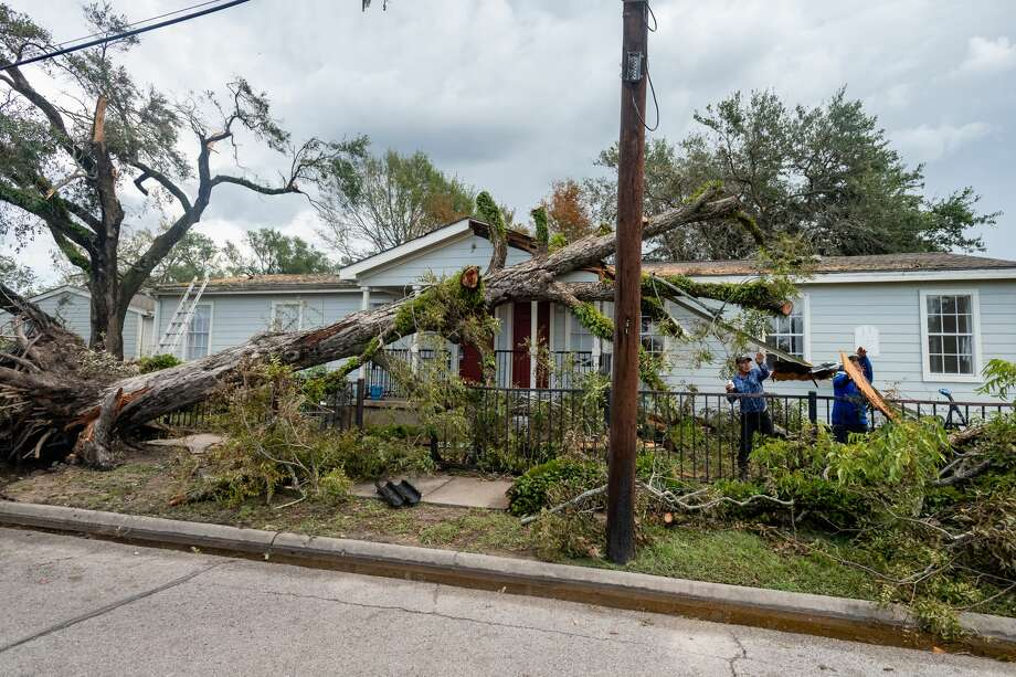 Crews work to remove a tree from a property in Orange. On Friday, the work of recovering from Hurricane Laura continued for many folks, some of whom had evacuated to avoid the storm. Photo made on August 28, 2020. Fran Ruchalski/The Enterprise Photo: Fran Ruchalski/The Enterprise / ? 2020 The Beaumont Enterprise