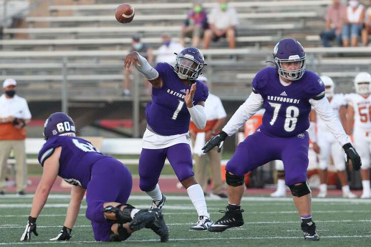 Boerne's Rashawn Galloway gets off a pass between Austin Locke, right, and James Stewart during the first half of their season opening game with Beeville at Boerne ISD Stadium on Wednesday, Aug. 28, 2020.