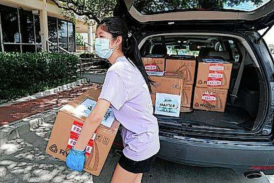 Valerie Xu, 15, delivers a donation — boxes of masks — to UT Southwestern Medical Center in Dallas. Xu is among teens across the U.S. who decided to take action as the coronavirus pandemic took hold, doing everything from delivering groceries to older people to offering online tutoring, emailing sick children and raising money to help feed the hungry. Photo: Tony Gutierrez | Associated Press