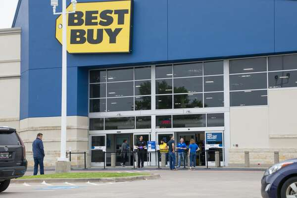 Best Buy sales associates help customers with curbside pickup in Texas.