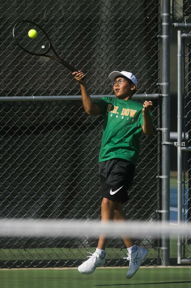 Dow's Aaron Li returns the ball during a No. 4 singles match against Midland's Fred Temple Monday, Aug. 31, 2020 at the Greater Midland Tennis Center. (Katy Kildee/kkildee@mdn.net) Photo: (Katy Kildee/kkildee@mdn.net)