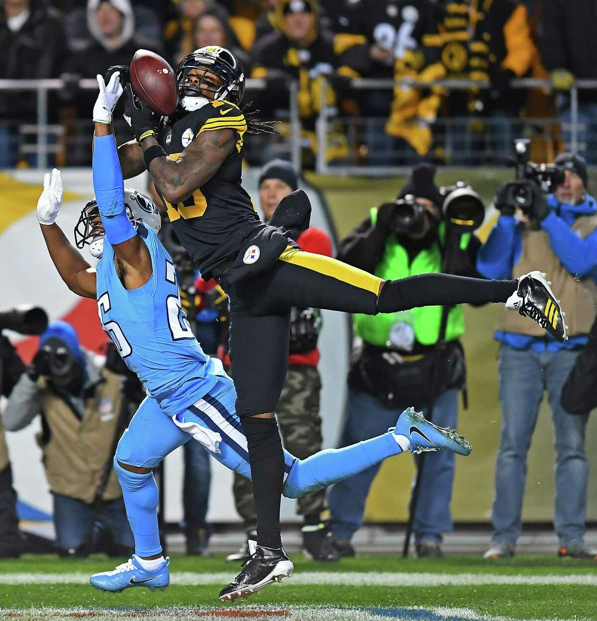 PITTSBURGH, PA - NOVEMBER 16: Martavis Bryant #10 of the Pittsburgh Steelers cannot come up with a catch while being defended by Logan Ryan #26 of the Tennessee Titans in the first half during the game at Heinz Field on November 16, 2017 in Pittsburgh, Pennsylvania. (Photo by Joe Sargent/Getty Images) *** BESTPIX *** ORG XMIT: 700070743