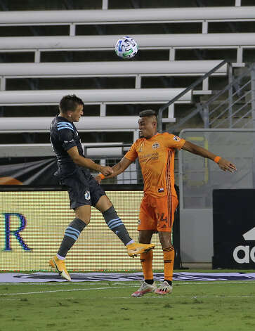 Minnesota United midfielder Robin Lod (17) attempts to score with a header over Houston Dynamo midfielder Darwin Ceren (24) during the first half of a MLS match Wednesday, Sept. 2, 2020, at BBVA Stadium in Houston. Photo: Yi-Chin Lee, Staff Photographer / © 2020 Houston Chronicle