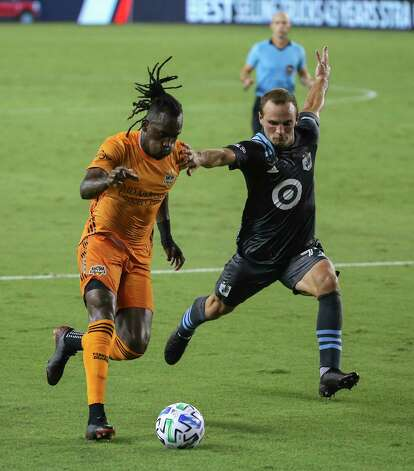 Minnesota United defender Chase Gasper (77) tries to stop Houston Dynamo forward Alberth Elis (7) driving forward during the second half of a MLS match Wednesday, Sept. 2, 2020, at BBVA Stadium in Houston. The Houston Dynamo defeated the Minnesota United 3-0. Photo: Yi-Chin Lee, Staff Photographer / © 2020 Houston Chronicle