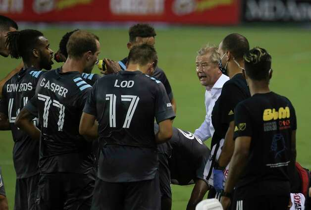 Minnesota United Head Coach Adrian Heath talks to his players during a water break in the first half of a MLS match against the Houston Dynamo Wednesday, Sept. 2, 2020, at BBVA Stadium in Houston. Photo: Yi-Chin Lee, Staff Photographer / © 2020 Houston Chronicle