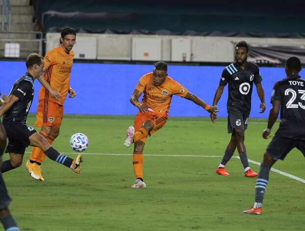 Houston Dynamo midfielder Darwin Ceren (24) takes a shot at the goal during the first half of a MLS match against the Minnesota United Wednesday, Sept. 2, 2020, at BBVA Stadium in Houston. Photo: Yi-Chin Lee, Staff Photographer / © 2020 Houston Chronicle