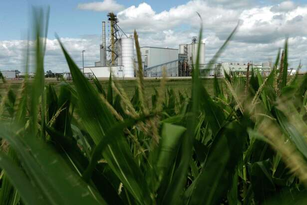 Cutting a deal to end the yearslong conflict between corn farmers and oil refiners over federal ethanol mandates has proved difficult for the Trump administration.