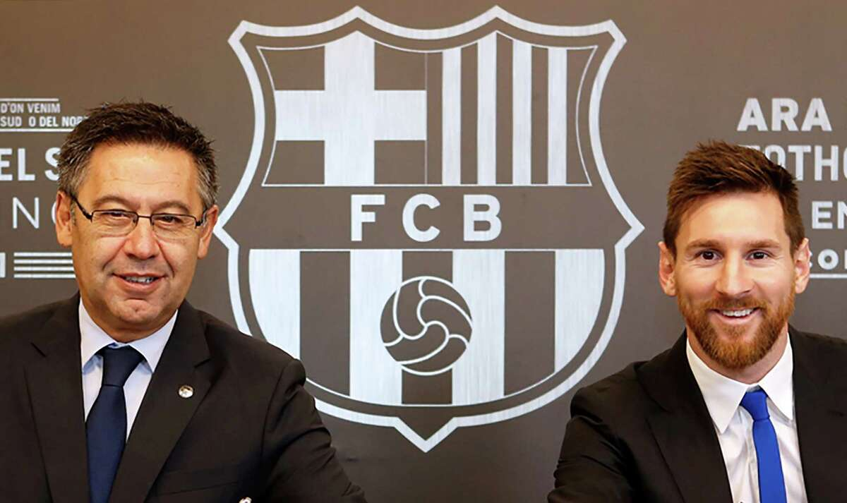 (FILES) This handout photo taken on November 25, 2017 in Barcelona and released by the Barcelona FC press office, shows Barcelona FC President Josep Maria Bartomeu (L) and Barcelona's Argentinian forward Lionel Messi signing a contract extension keeping Messi at Barcelona until 2021. - Six-time Ballon d'Or winner Lionel Messi told Barcelona he wants to leave -- on a free transfer -- in a