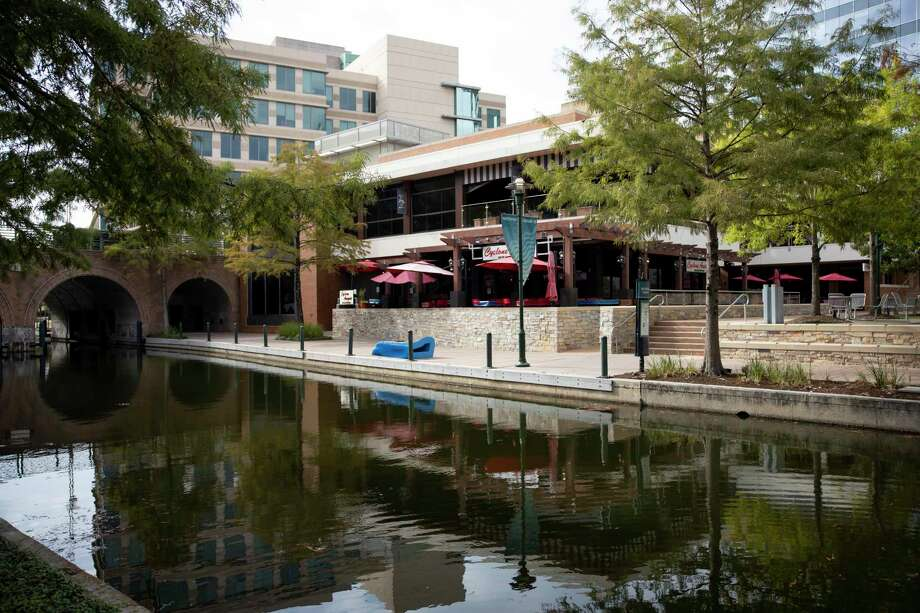 A restaurant off The Woodlands Waterway awaits customers, Thursday, Sept. 3, 2020. The Woodlands Township Development Standards Committee approved Wednesday night new sidewalk restaurant seating allowing businesses to serve more customers. The expanded options for outside dining are for sidewalks only, not parking lots or grassy, non-paved areas. Photo: Gustavo Huerta, Houston Chronicle / Staff Photographer / 2020 © Houston Chronicle