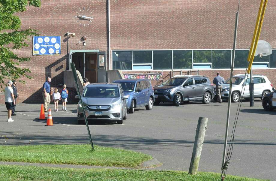 Parents dropped students off behind Veterans Park Elementary School on Friday, Sept. 4. Photo: Macklin Reid / Hearst Connecticut Media