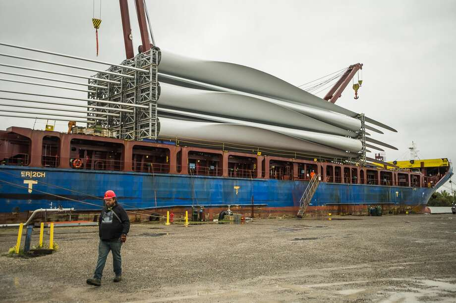 Workers prepare to unload wind turbine blades from the shipping vessel BBC Song Tuesday, Sept. 8, 2020 after it completed its journey from India to Port Fisher in Bay City. The turbine blades will be loaded onto trucks which will transport them to their final destination of Isabella Wind in Rosebush. (Katy Kildee/kkildee@mdn.net) Photo: (Katy Kildee/kkildee@mdn.net)